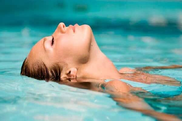 ¿Cómo afecta el cloro de las piscinas a nuestra piel y cabello?